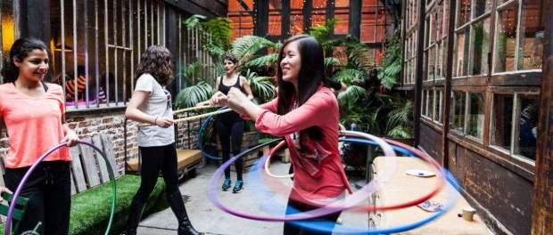 27415-quelques-essais-au-hula-hoop-article_diapo-3