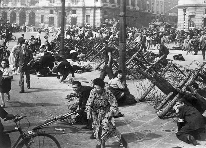 パリ解放の歓喜に沸くパリ市民
