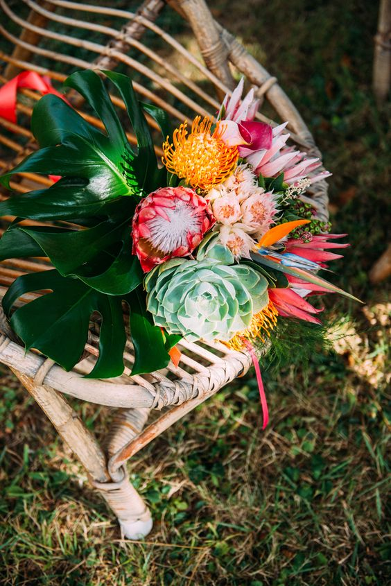 Thème-mariage-tropical-chaise-bouquet