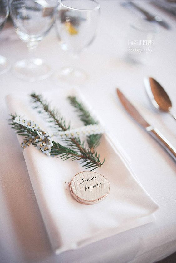 Thème-mariage-hivernal-branche-sapin-nom-bois