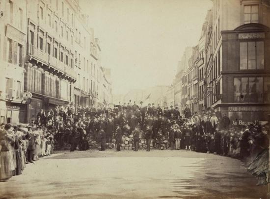 Barricade de l'entrée du Faubourg Saint-Antoine, place de la Bastille, 18 mars 1871 - Copie