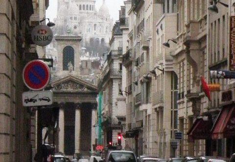 Vue de La Basilique du Sacré Coeur de Montmartre depuis le boulevard Haussmann