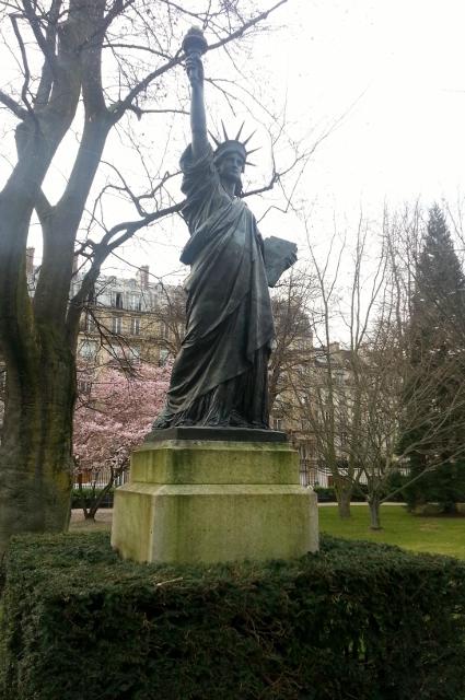 Promenade d cal e dans les all es du luco paris maman moi - Statue de la liberte jardin du luxembourg ...