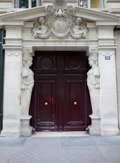 Cariatides engaînées 21 boulevard Saint Germain 75005