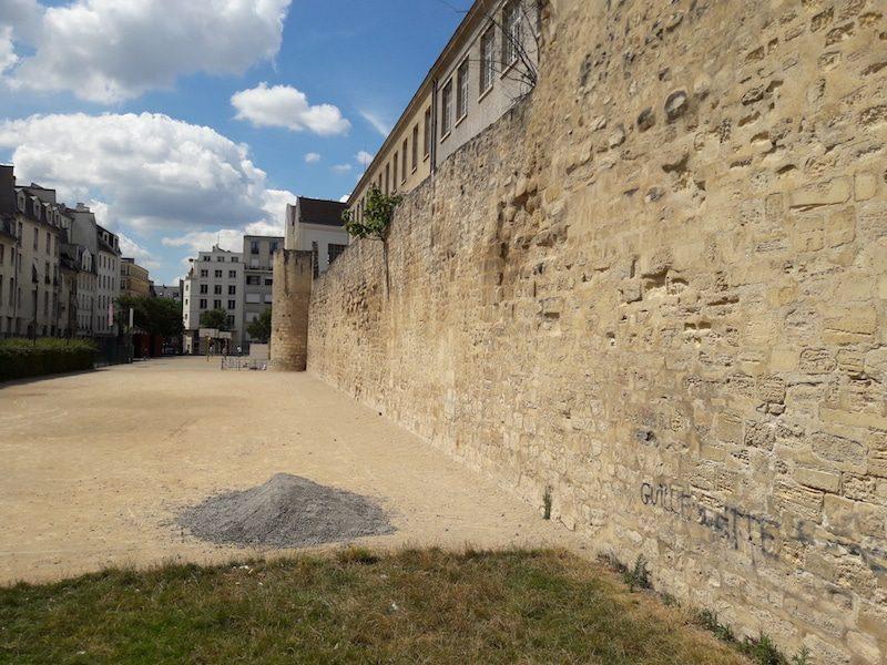 """Part of the old fortified wall that surrounded Paris under King Louis Philippe is visible on Rue des Jardins St Paul in Paris. Image: <a href= """"http://www.unjourdeplusaparis.com/en/paris-insolite/enceinte-philippe-auguste-rue-jardins-saint-paul"""">Un jour de plus a Paris</a>"""