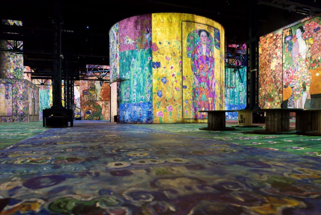 A fascinating experimental exhibit exploring the work of Klimt and other artists from the Vienna Secession movement runs at the new Atelier des Lumières through November 11th.