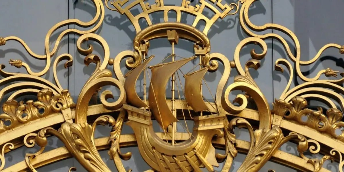fluctuat nec mergitur symbol of paris on the gates of the petit palais
