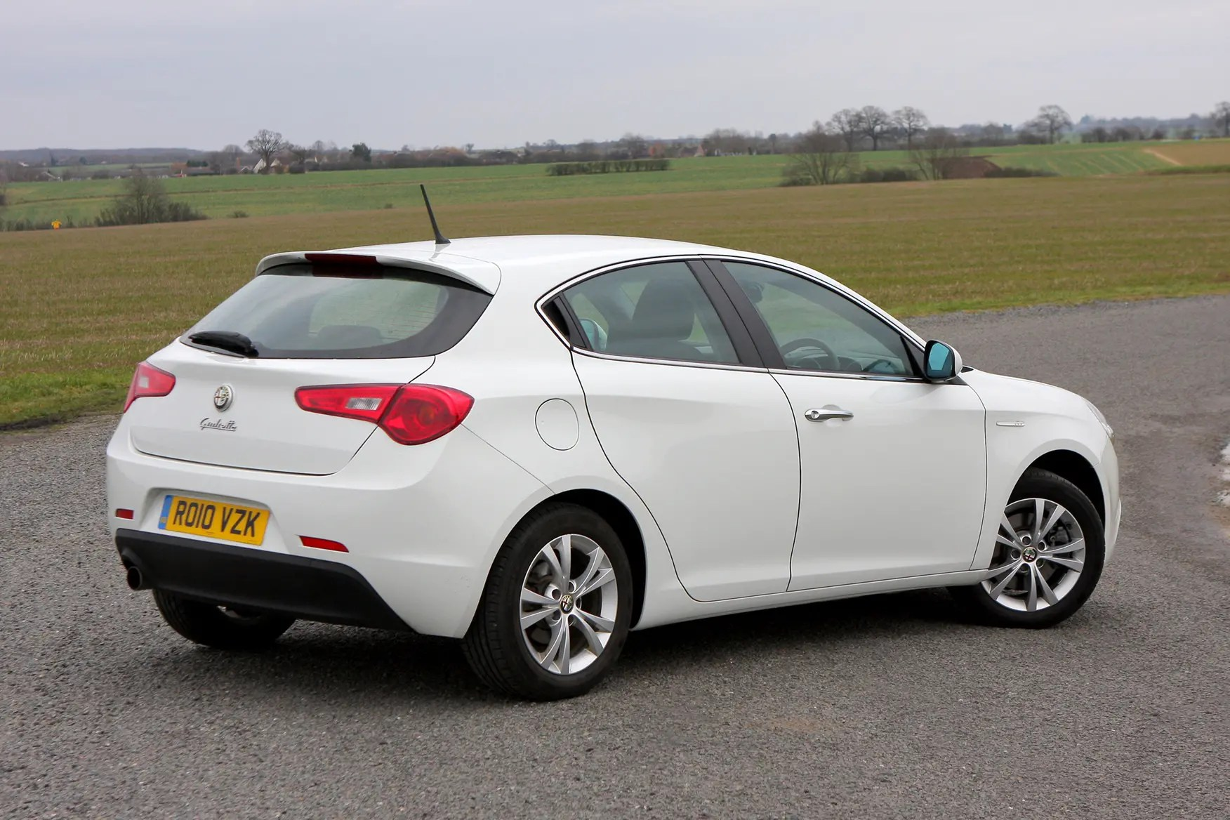 hight resolution of alfa romeo giulietta hatchback 2010 features equipment and accessories parkers
