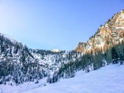 Aufstieg durch steiles Waldgebiet