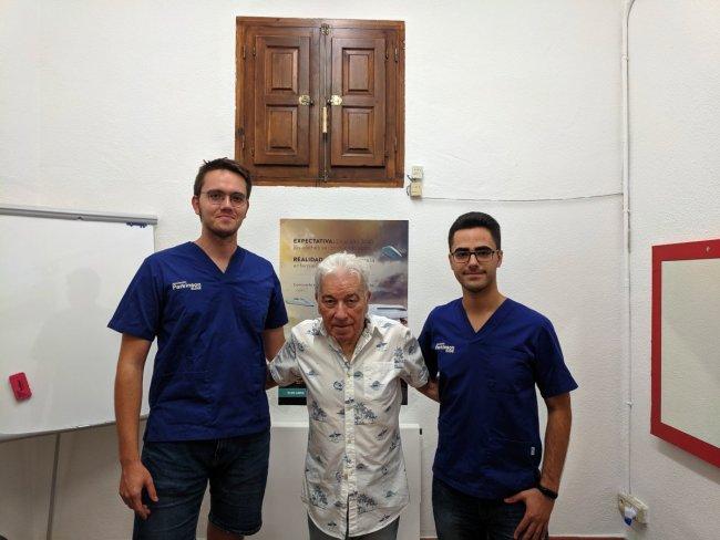 Terapeuta, paciente objeto del estudio y tutor de la Asociación Parkinson Elche