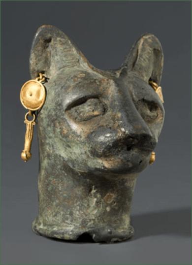Katzenkopf, Ägypten. Römische Epoche, 30 v. Chr. – drittes Jahrhundert n. Chr. Bronze, Gold, 6 x 4,4 x 4,6 cm. Brooklyn Museum.