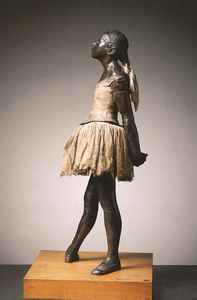 Edgar Degas, Petite Danseuse de 14 ans, entre 1921 et 1931, modèle entre 1865 et 1881. Statue en bronze avec patine aux diverses colorations, tutu en tulle, ruban de satin rose dans les cheveux, socle en bois. Musée d'Orsay, Paris.
