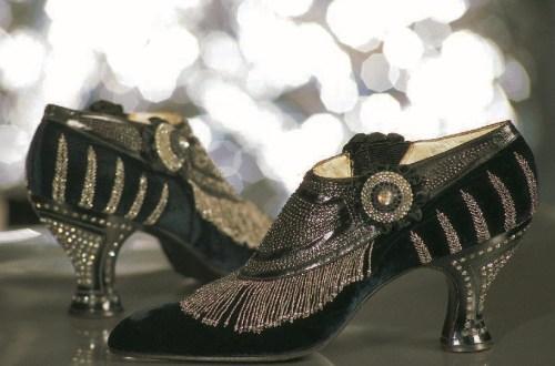 Abendschuhe aus marineblauem, Veloursleder, Dekor aus Stahlperlen, Absatz aus Zelluloid mit Strassbesatz, 1925, Schuhe, Marie-Josèphe Bossan