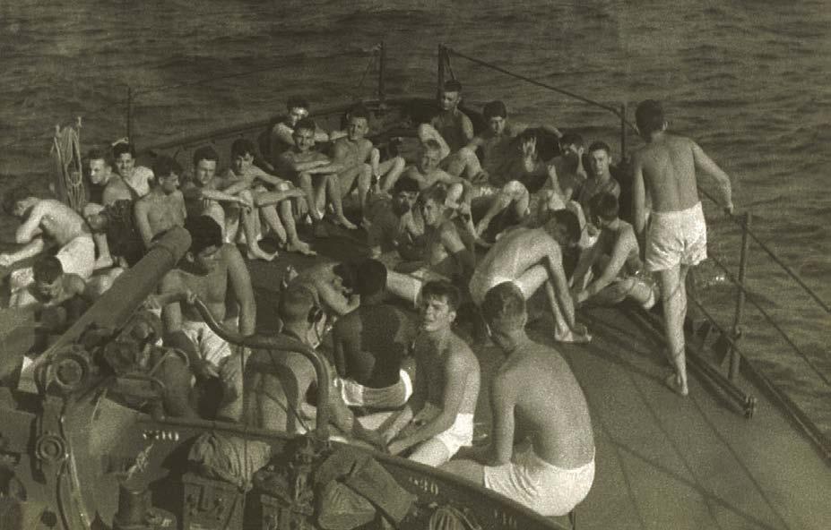 Matrosen in Boxer-Shorts an Bord eines Schiffes, 1950er Jahre, Die Geschichte der Herrenunterwäshche, Shaun Cole