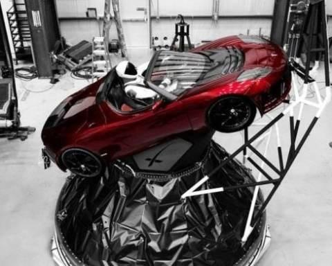 tesla arabası uzay
