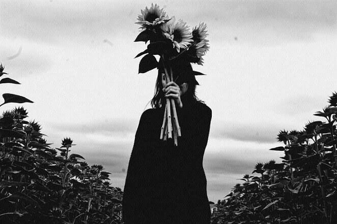 ay çiçeği tutan gizemli varlık - korkuluk