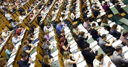 Università: M5S consegna al MIUR le vostre firme per abbassare le tasse