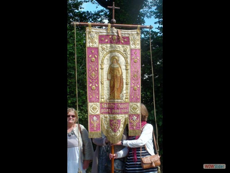 Le pardon de Lokmaria 2017 bannière de Ste Anne durant la procession