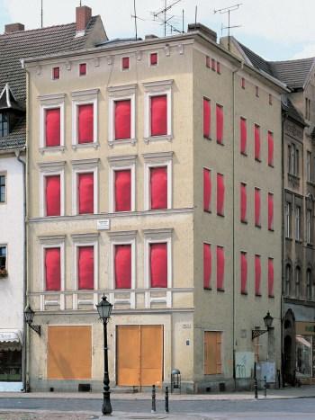 Stella Geppert: «Entfestigung», Haus, roter Stoff, Styroporflocken, Schlauchfolie, Lutherstadt Wittenberg, 1998