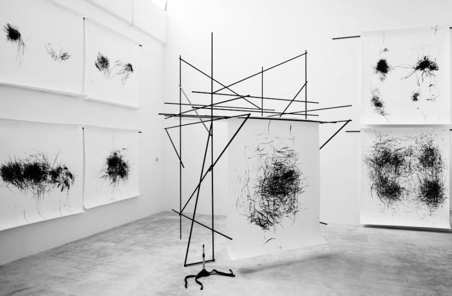 Stella Geppert: «Hieroglyphendecke», Konstruktion 300 cm x 300 cm x 210 cm, Gesprächs-, Lese- und Tanzzeichnungen, Atelieransicht, Berlin, 2015 / 2016