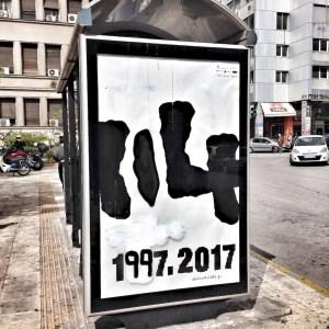 Modifiziertes Poster der documenta 14 in Athen – 114 ist die Postleitzahl im Nordosten Athens. Die Übermalungen waren bereits zwei Tage später wieder entfernt.