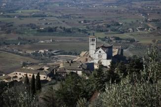 veduta-della-basilica-di-san-francesco-dalla-rocca-maggiore-assisi-in-un-giorno