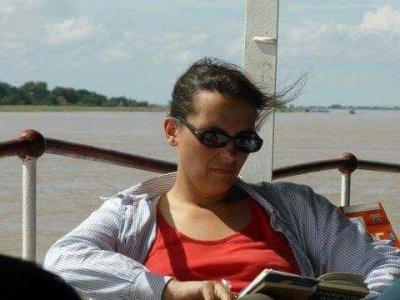Marzia Perini, in lettura (immagine via Facebook)