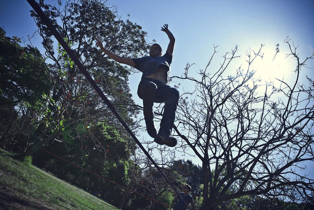 Slackline no Parque Ibirapuera. Foto Leandro Bordoni.
