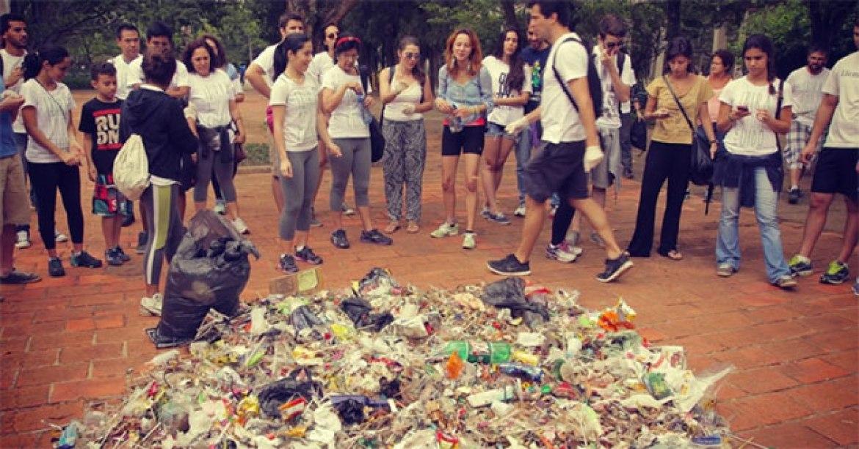 Foto do 4º Mutirão, quando os participantes resolveram abrir os sacos e juntar o lixo apanhado no chão.