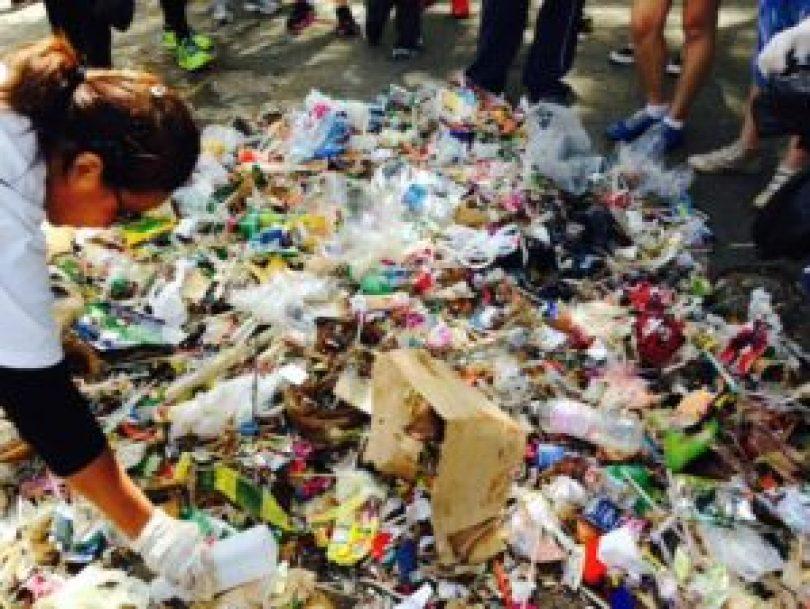Um dos mutirões de limpeza realizados pelo Parque Ibirapuera Conservação: lixo recolhido em somente duas horas de caminhada pelos voluntários.