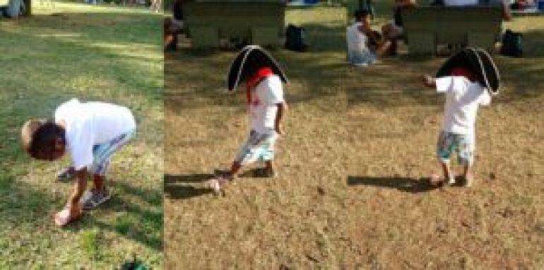 Manu jogando bola com uma caixinha de suco no Parque Ibirapuera. Foto: Lela Albuquerque.