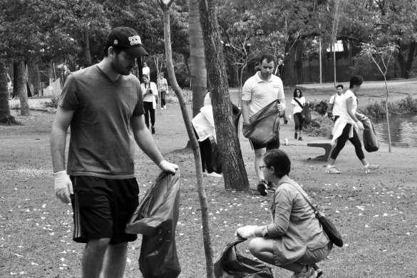 Um dos inúmeros mutirões de limpeza feitos por voluntários da ONG Parque Ibirapuera Conservação