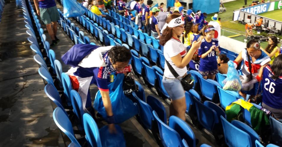 Japoneses limpado estádio após os jogos da copa