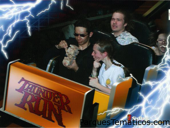 Six Flags en el Thunder Run jugando al yenga
