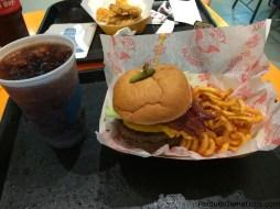 LA FAVORITA Clogger Burger ($12,99): Dos hamburguesas de seis onzas con tocino ahumado applewood, secreto salsa, salsa de queso cheddar, una rebanada de tomate gigante y lechuga, servido en un pan de especialidad