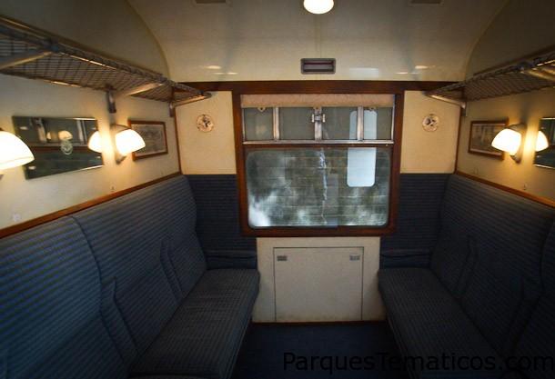 Vista interior de los camarotes donde los pasajeros viajan de un parque a otro