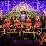 Escucha la conmovedora historia de Navidad contada por un narrador famoso, acompañado por una orquesta de 50 músicos y un coro masivo.