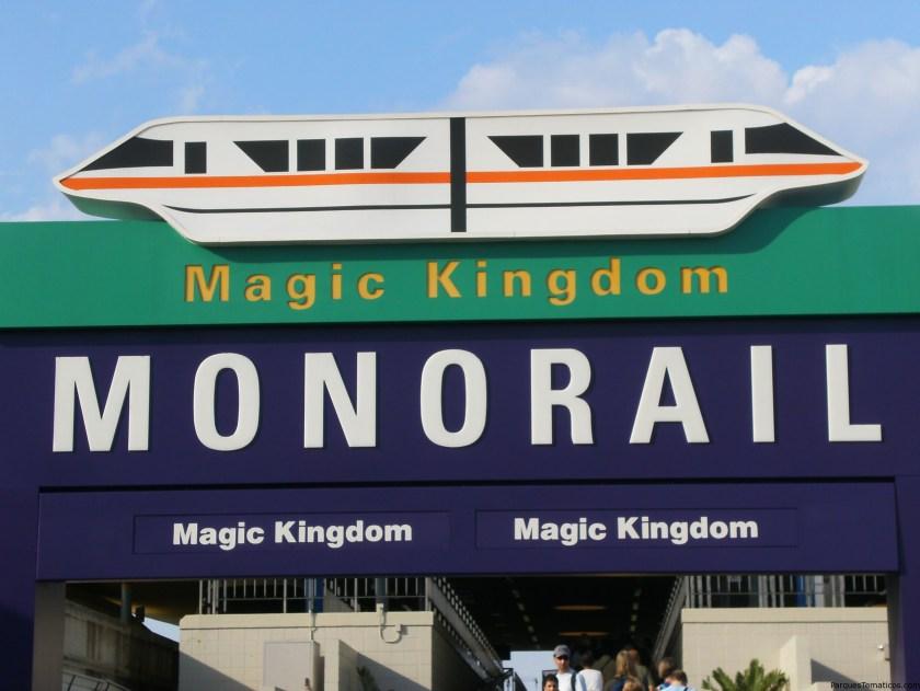Monorail en el TTC para ir hacia Magic Kingdom