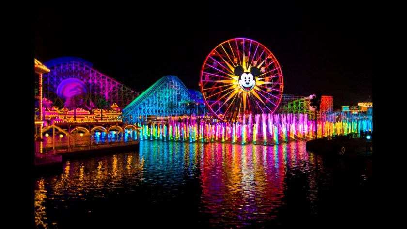 SI creías que este popular espectáculo de agua nocturno era sorprendente, espera a presenciar las sorpresas nunca antes vistas y los sonidos de World of Color: Celebrate! The Wonderful World of Walt Disney, presentado por primera vez el 22 de mayo de 2015 en el parque Disney California Adventure durante la Celebración de Diamante del Disneyland Resort.