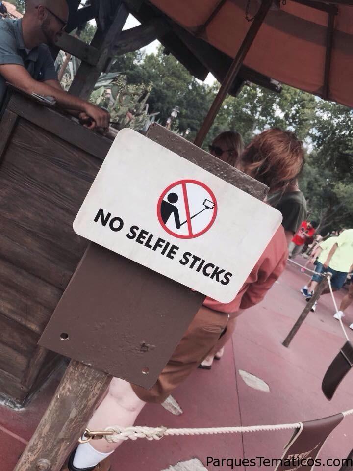 Prohiben el uso de Selfie Sticks en parques temáticos