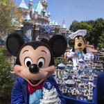 Mickey Mouse y sus amigos celebran el aniversario con visitantes vestidos al estilo de los años 50 y cupcakes conmemorativos; la celebración de diamante brillará todo el año con nuevos y deslumbrantes espectáculos nocturnos