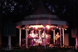 Show en el pabellon de Gran Bretaña, con banda musical homenaje a los Beatles