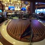 La mesa principal para hasta 8 comensales forman parte de la decoración del restaurante The Boathouse