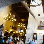Mas de la decoración dentro del restaurante Leaky Cauldron