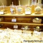 Muchas comidas al paso y pastelerias por ejemplo en Epcot en el pavellón de Francia, deliciosas opciones