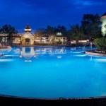 Las rocas, los peñascos y el murmullo de los arroyos le confieren a la piscina High Rock Spring Pool la apariencia y la sensación de una vertiente mineral natural mientras que los niños se entretienen con 2 toboganes acuáticos. La piscina High Rock Spring Pool de Disney's Saratoga Springs Resort & Spa encendida por la noche