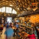 Siéntate e intercambia historias de aventuras con tus compañeros de viaje favoritos en Jock Lindsey's Hangar Bar.