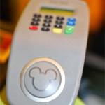 MagicBand sirve para pagar, se introduce un PIN de 4 digitos, disponible para todos los locales y restaurantes dentro de los parques temáticos Disney y además en Disney Springs y en los Hoteles