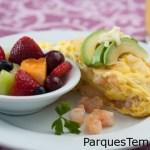 Olivia's ofrece un menú de almuerzo y cena durante todo el día, a partir de las 11:30 a. m., pero el desayuno es su campo y se sirve hasta las 10:30 a. m. El omelette Conch Republic, hecho con camarones, aguacate y queso Pepper Jack, es un plato favorito típico. Omelette Conch Republic con camarones, aguacate y una guarnición de frutas frescas