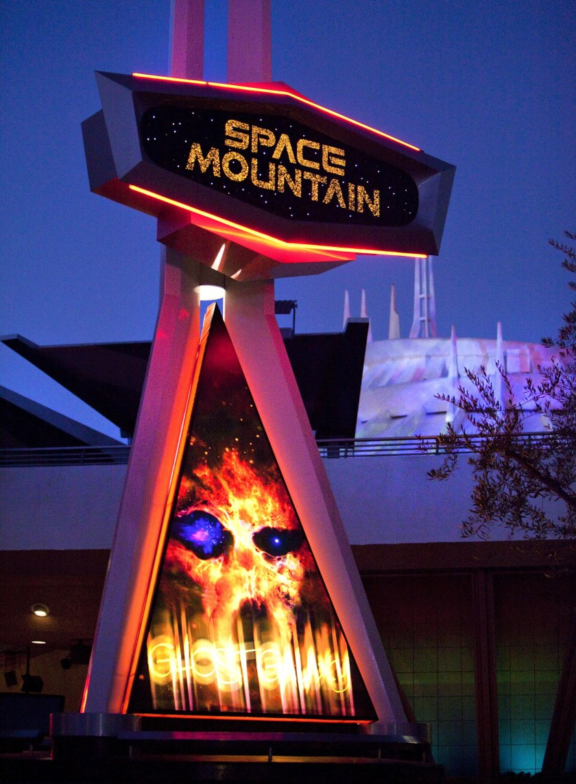 Fotos 'espeluznantes' que debes tomar durante el Halloween Time en el Disneyland Resort, empezando con la nueva Vampirina